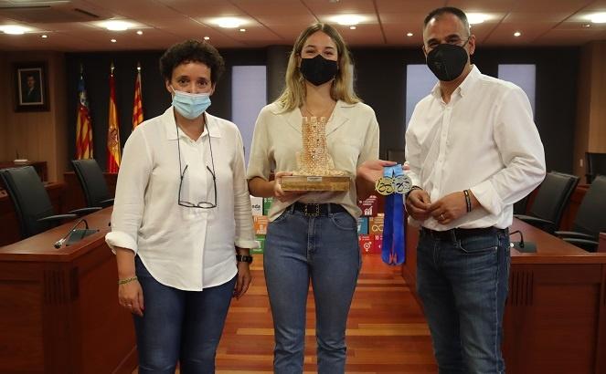 Onda recibe a Elena Cardona, campeona de España de aguas abiertas
